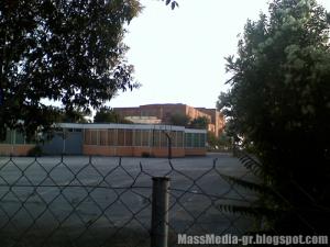 12ο Δημοτικό Σχολείο και 5ο Γυμνάσιο – λυόμενο, με φόντο το Μέγαρο του πολιτισμού…